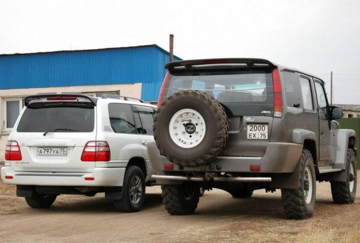 6 méter hosszú, 2,3 méter széles és 3,5 tonna. Gyönyörűen látszik, hogy durván kétszer akkora, mint a Toyota Land Cruiser.
