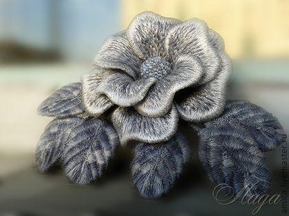 Купить или заказать Брошь.Вышивка.Серая роза,листья меланж. в интернет-магазине на Ярмарке Мастеров. Готовые работы видны в профиле мастера.Эта светло-серая розочка не боится влаги,как обычные цветы из ткани,поэтому легко приживется не только на пиджаке,свитере,платье,но и на верхней одежде. ------------------------------------------------------ Для подписки на новинки магазина нажмите кнопку 'Добавить в круг', которая находится в левой колонке.