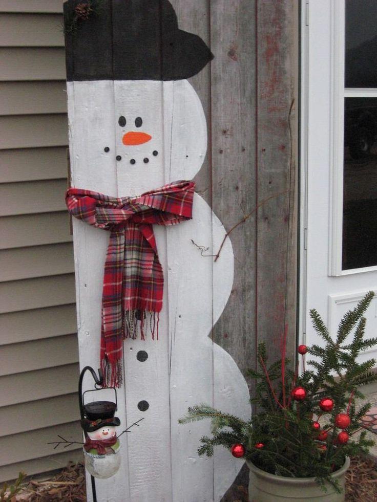 Schneemann Figur aus einer alten Holztür