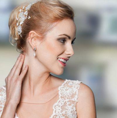 Cherie, eine romantisch verspielte Blütenranke von #Skylangeford, optimal auf die Spitze des Kleides von  der Brautkleidermanufaktur Lohrengel abgestimmt. <3<3<3 #brautfrisur #Hochzeit #brautschmuck #Lohrengel #skyisnolimitdesign #romantik #wedding #madeingermany #brautkleid Foto: Lohrengel