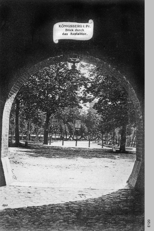 Ausfalltor (Königsberg) Das Ausfalltor in Königsberg war Teil der Fortifikationsanlage aus dem 19. Jahrhundert. Es befand sich genau an der gleichen Stelle, wie schon der frühe Befestigungsring von 1626. an der Kreuzung Friedrich-Ebert-Straße mit dem Deutschordensring. Das Tor war ein langer, dunkler Tunnel durch den Festungswall und konnte nur von Fußgängern benutzt werden. Die Reste sind heute noch vorhanden.