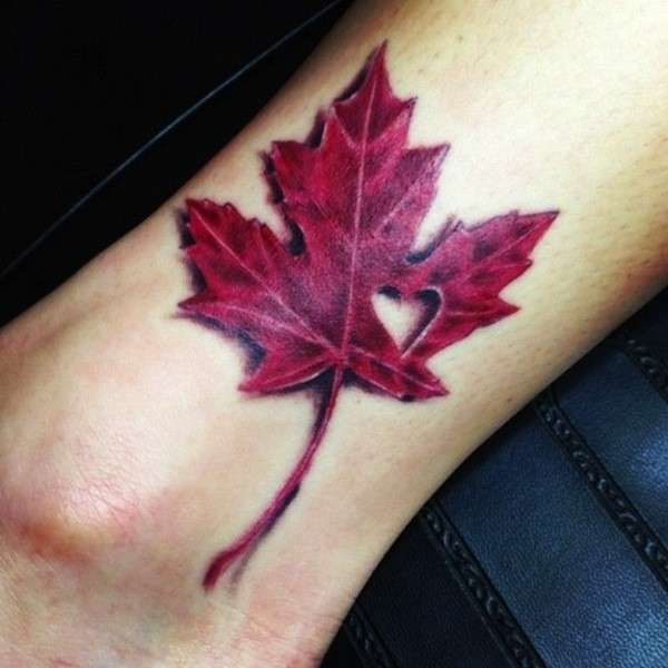 Tatuaggio con foglia rossa autunnale e cuore - Tatuaggio con foglia rossa autunnale e cuore, tra i tatuaggi per l'autunno 2015 più belli.