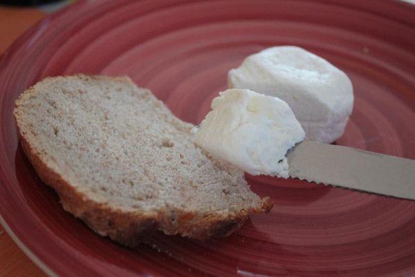 Lorsque ma Multi Délices est arrivée à la maison, mon homme a lu qu'on pouvait y faire du fromage frais maison... et du coup, m'a mise au défi de lui préparer du fromage de chèvre frais.. Personnellement, je n'en mange pas.. mais vu que j'adore faire...