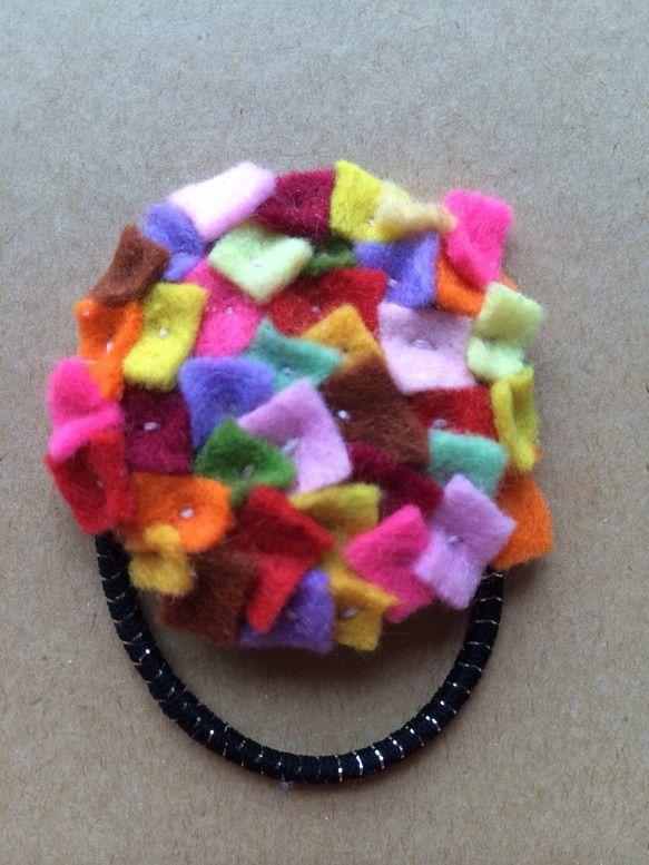 小さなフェルトを紫陽花のようにたくさん縫い付けたヘアゴムです。 ハンドメイド、手作り、手仕事品の通販・販売・購入ならCreema。