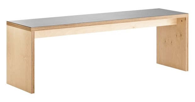Bænk eller bord? Ja, eller begge dele. Møblet er lavet i 27 mm krydsfiner og med praktisk linoleumstop. Det er designet af Leif Jørgensen. 2995 kr., LLLP.