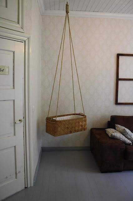 Vauvan kehto vanhasta pärevakasta. Babys bed, old wood basket.