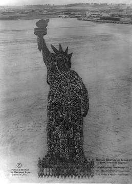 In 1918, whole regiments were assembled to create the Statue of Liberty, while their compatriots were fighting the German enemy on the other side of the Atlantic. With 18,000 officers, colonels, majors, monks and civilians, this training served as a symbol of U.S. involvement in the war.