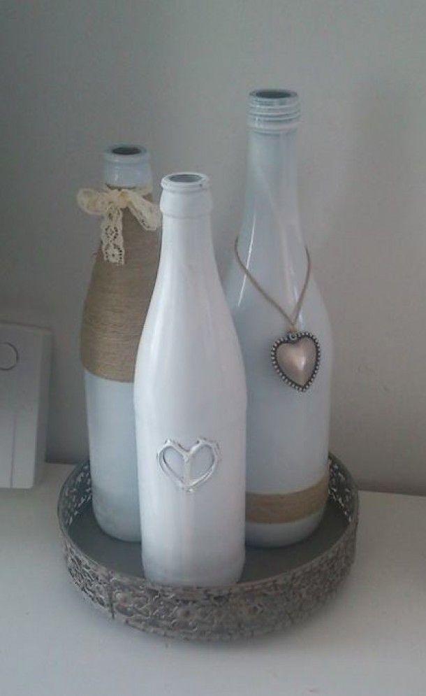Interieurideeën | Spuit je lege (wijn)flessen wit en versier ze met touw, hangers en lint. Door Tessa89