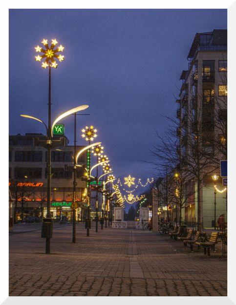 Tässä on kuva Joensuusta jossa ollaan aloittamassa joulun vietto. Ja Joensuuhan on Järvi-Suomen suurimpia kaupunkeja. Kirjoittanut Tiltu