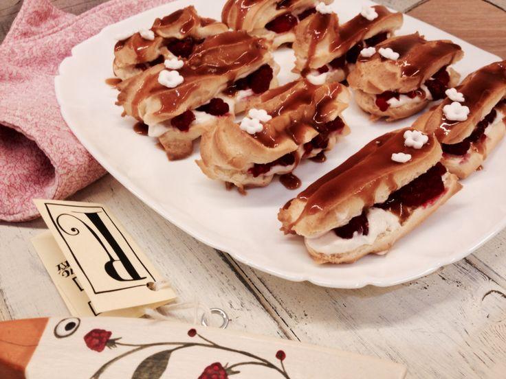 Éclair s vanilkovým krémem, malinami a karamelem - pokus číslo jedna, který nedopadl vůbec špatně... Až na ty jejich tvary tedy :-D