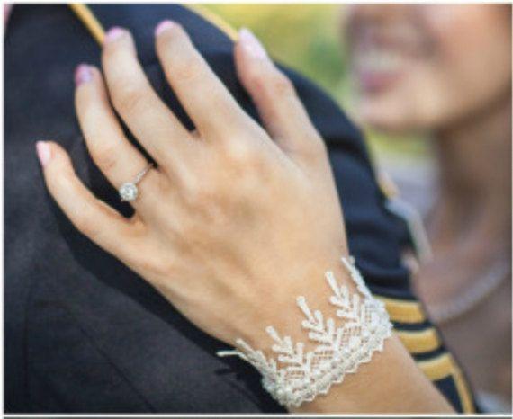 BRACELET manchette dentelle Bracelet manchette par carellya sur Etsy