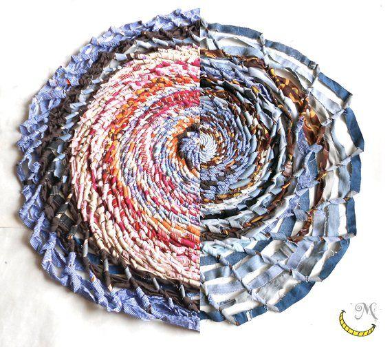 Tappeto rotondo intrecciato a mano con tessuti riciclati