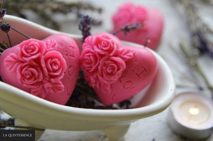 Ręcznie robione mydełka glicerynowe o pięknym różanym zapachu. Bez SLS i SLES. Idealne jako praktyczna dekoracja łazienki :) #laquintessence #kremdlamnie #mydlo #roza #iloveyou #handmade #handmadesoaps #soaps #lazienka #mydelka