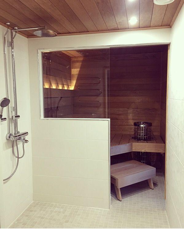 Kylpyhuone, saunan lasiseinä. Laittalaatta alpstone almond 5x5cm ja seinälaatta saloni sunset blanco ja saloni arkani blanco 25x75cm, suihku oras hydra