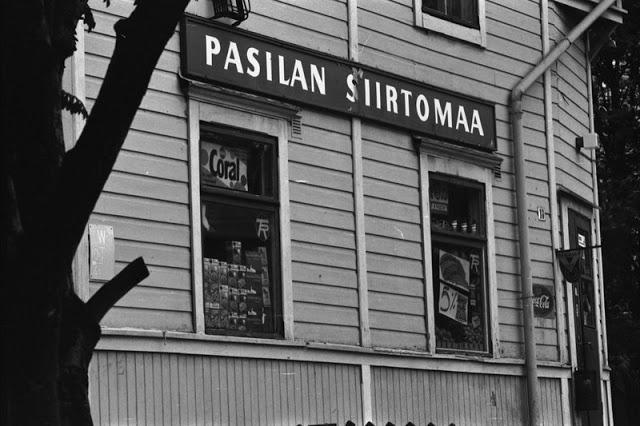 Pasilan Siirtomaa -kaupan ikkunat puutalossa Hertankadulla. 1970