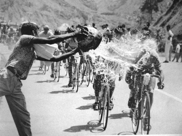 Vuelta a Colombia. 1958. El pelotón a su paso por el Tolima recibe agua fresca de la afición