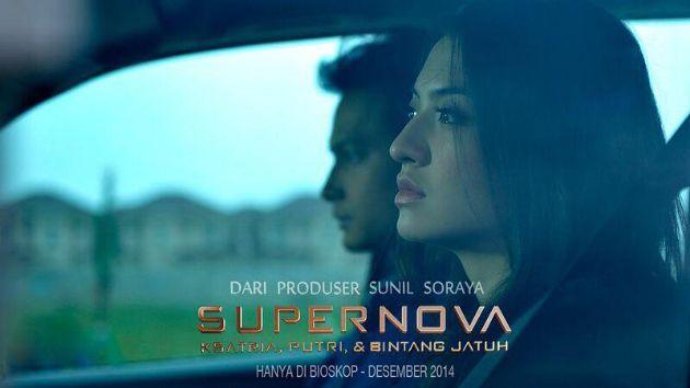 """Review Film Supernova - Soraya Intercine Films kembali merilis Film ini diadaptasi dari buku bestseller karya Dewi Lestari dengan judul """"Supernova"""" akan mengisahkan Rana (Raline Shah) seorang wanita yang berprofesi sebagai jurnalis. Rana telah menikah dan memiliki suami yang mencintainya. Namun, Rana kemudian bertemu dengan seorang eksekutif muda bernama Ferre (Herjunot Ali) dan selingkuh dengannya"""