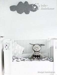 De leukste zwart witte kinderkamers , gestreepte wolk en leuke knuffel - (re)pinned by www.leuke-kinderkamer.nl