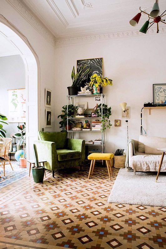 Techos con motivos decorativos, rincon acogedor de lectura y entrada abierta con un amplio arco.