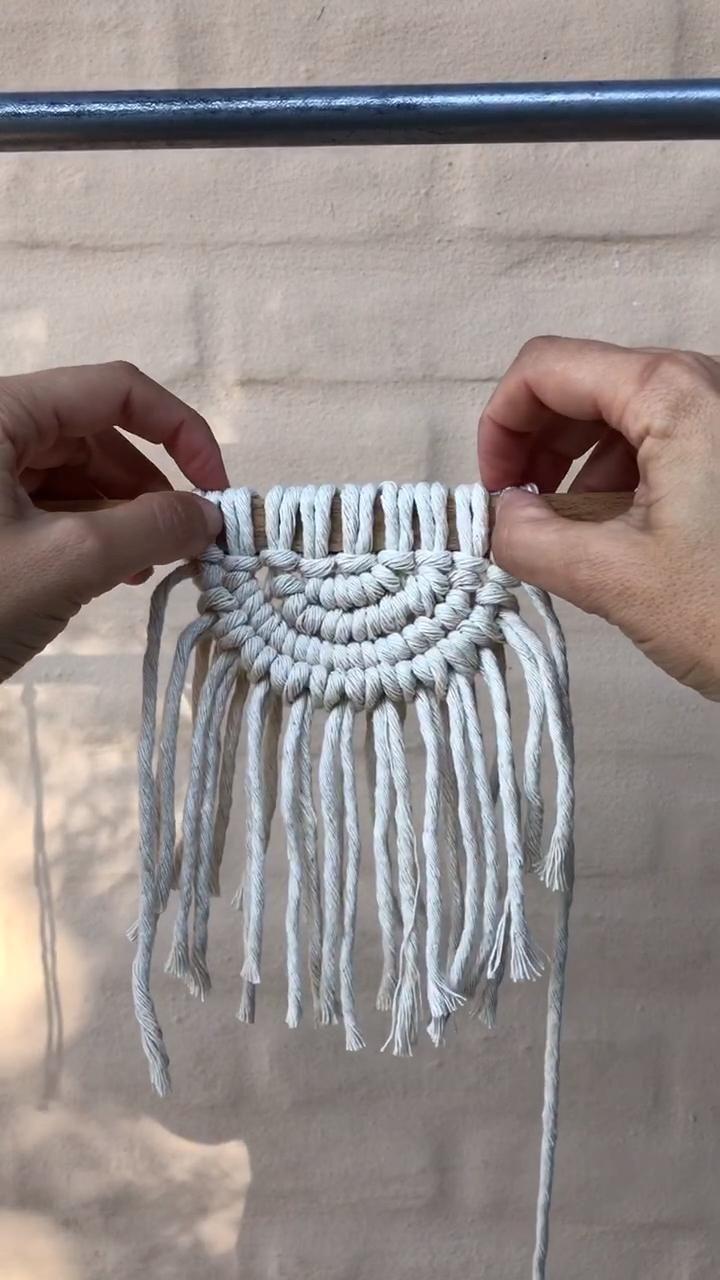 Utilizando hebras de algodon  de 90 cm hacemos un tapiz semicircular . Con los recortes sobrantes agregamos flecos Macrame Design, Macrame Art, Macrame Projects, Macrame Knots, Diy Crafts For Home Decor, Diy Crafts Hacks, Rope Crafts, Yarn Crafts, Art Macramé
