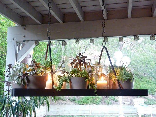 Suporte de ferro, velas e vasinhos com suculentas