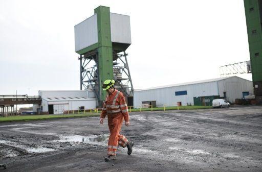 Un capítulo de la historia británica acabó este viernes cuando los mineros del último turno abandonaron la mina de Kellingley, la única de carbón que quedaba en todo el Reino Unido, antes de su cierre definitivo.