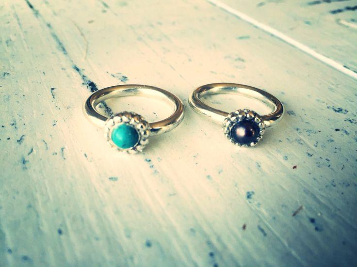Zilveren massieve ringen voorzien van zwarte parel of turquoise. Handgemaakt. Tropmignon.nl