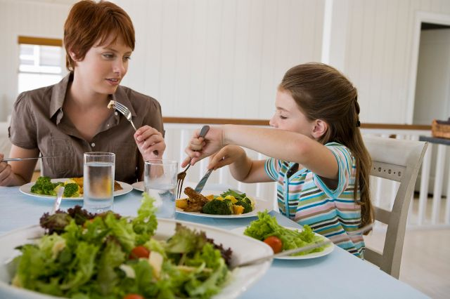 gente comiendo en la mesa - Google Search