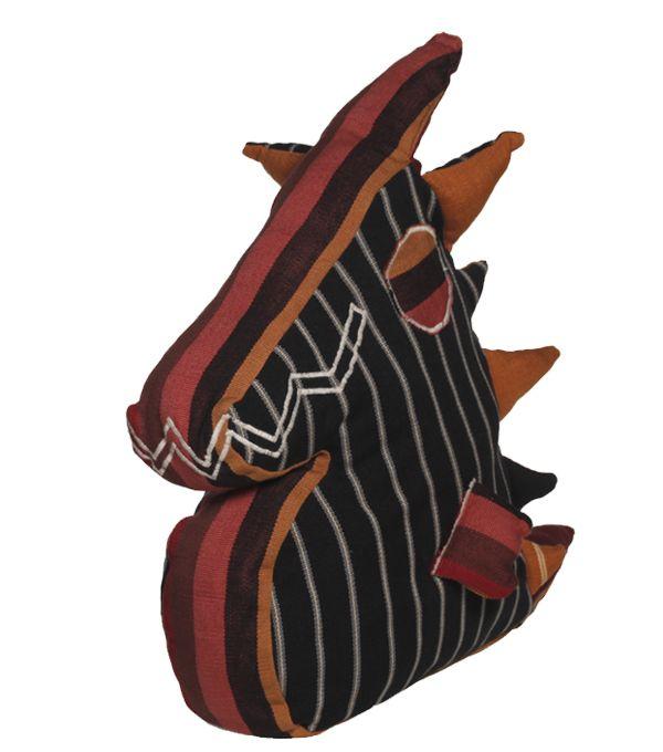 Meet Momo, stoer met een klein hartje. Ofwel: een draak van een knuffel! Of .. een draak van een kussen. Want hij laat ook lekker tegen zich aan leunen! Hier een lekker dier cq originele eyecatcher, dáár - in Guatemala - een eerlijk loon!