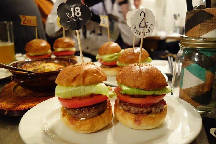 周年記念のスタンダードバーガー食べ比べスライダー左が現在の右がニューバージョンニューバージョンはトマト感が強く酸味とスモーク感があって現在のスタンダードバーガーと印象が全く異なるバーガーこれは早くレギュラーサイズで食べてみたい #food #foodporn #meallog #burger #burger_jp #ハンバーガー # #tw