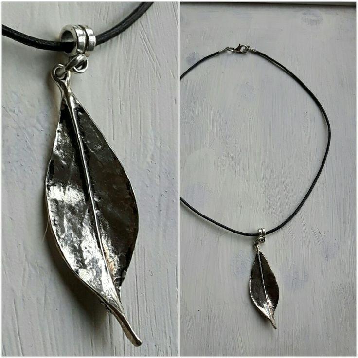 Choker. Zwart leren veter met een heel mooi zilverkleurig metalen blad als hanger.