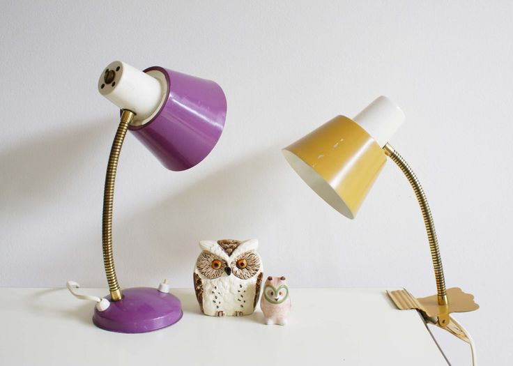 Set van 2 vintage lampen. Paarse retro bureaulamp met buigbare hals en oker/gele klem lamp (Hala Zeist?) door FlatSheepVintage op Etsy