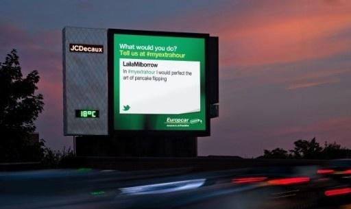 A Londres, la compagnie de location de véhicules Europcar diffuse, sur des panneaux publicitaires JCDecaux, les messages que les internautes envoient sur le réseau social (après modération). Le but de la campagne est de faire réagir ses clients au sujet de son nouveau service.