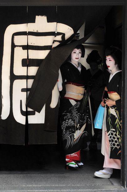 geisha / geiko in formal black kimono | japanese culture