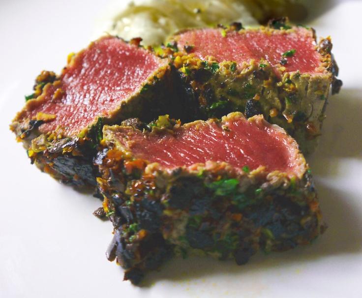 Filetto di manzo in crosta di pomodori secchi e olive taggiasche.