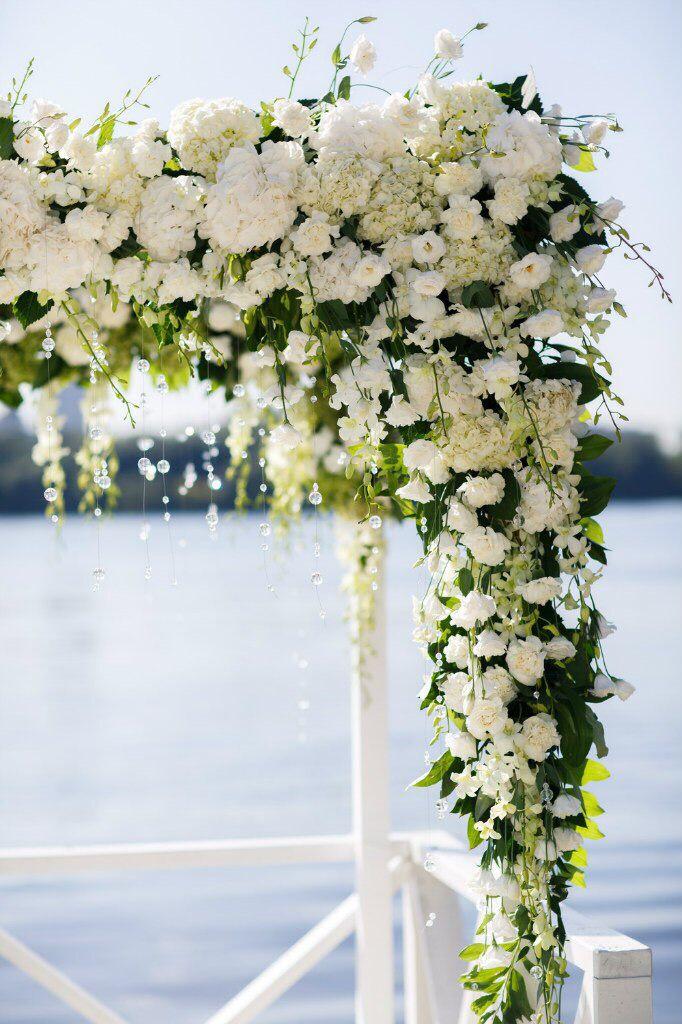 Свадебная арка на летней свадьбе на берегу реки