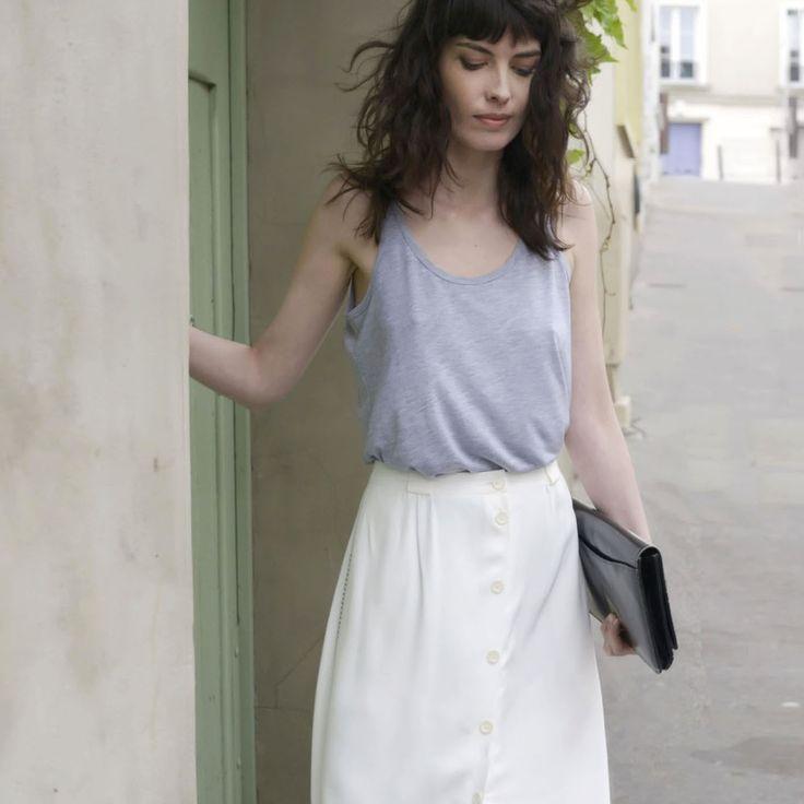 La jupe se révèle autour d'un boutonnage intégral. Le crêpe apporte une touche de fraicheur et laisse entrevoir avec son jour échelle, la longueur...