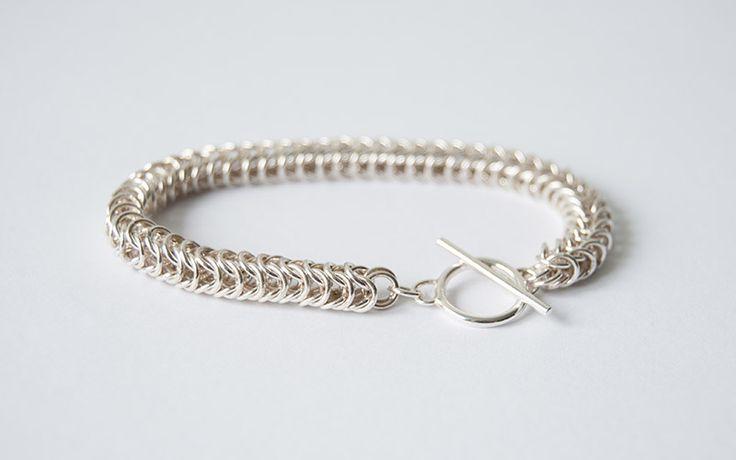 Zelfgemaakte armband. Anouk (23) leert voor goudsmid en maakt sieraden in haar eigen atelier. Deze zilveren armband maakte ze zelf!