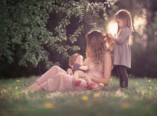 El mundo moderno apenas deja tiempo para detenerse un rato y admirar la belleza de las cosas sencillas, como por ejemplo algo tan natural como una madre lactando a su bebé. Es más, muchas madres afirman sentir vergüenza de amamantar en público, o incluso, de haber sido juzgadas por hacerlo.