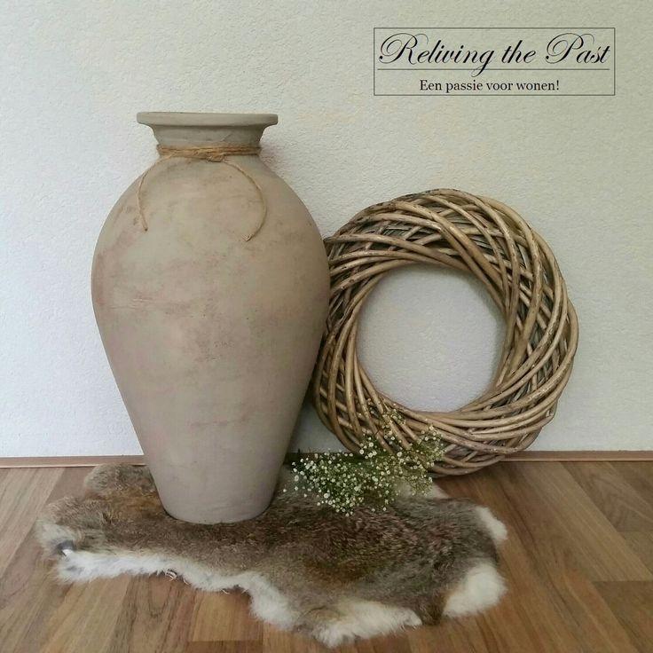 Van een lelijke oude rode vaas naar een landelijke beauty! Gebruik muurvuller en krijtverf in een kleur naar keuze om jouw oude spullen nieuw leven in te blazen. Simpel en leuk om te doen! ♡♡  Www.facebook.com/relivingthepastmeubels