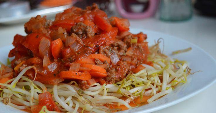 Spaghetti maken van taugé bijvoorbeeld, oftewel taughetti. Hoe maak je de taughetti. Ik weet nog wel dat ik het kraampje in het centrum van Nijmegen zag staan met de tekst