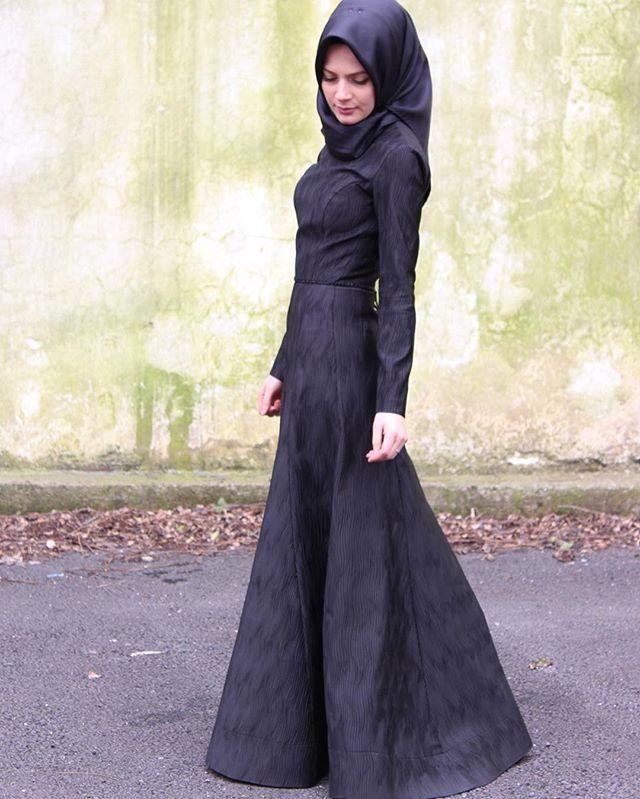 Benim gibi siyahtan vazgecemeyenlere Siyah Kuğu elbisemiz. Kabartma dokulu özel üretim bir kumastir.. www.elifyakardesign.com a eklenmiştir. Profildeki linkten yada dm den ulasabilirsiniz  Fotograf: @beyoglu.hatirasi 💗  #elifyakar #hijab #chichijab #hijabstyle #hijabfashion #dress #black #blackdress