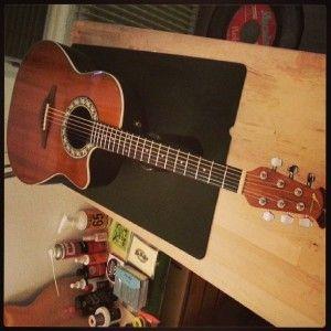 En ce moment à l'atelier : Guitare Ovation numéro 1661 U.S de 1982. Changement des mécaniques et réglage complet.