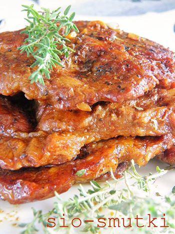 To łatwy sposób na bardzo aromatyczne, kruche mięso - można je tak przygotować na patelni lub na grillu. Gęsty krem balsamico dodaje mu cie...