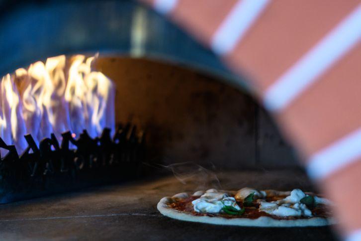Sajkod (Tihany) Apáti Étterem és Kávézó Messze földön híres a Sajkod határában álló Apáti étterem és kávézó pizzája, győri és miskolci visszaérő vendégeik is vannak, és bár azt állítják, a pizzakészítéshez nem is kell tudni igazán sütni-főzni, rögtön rá is cáfolnak erre tökéletes, az olasz konyhát idéző, roppanós pizzáikkal.