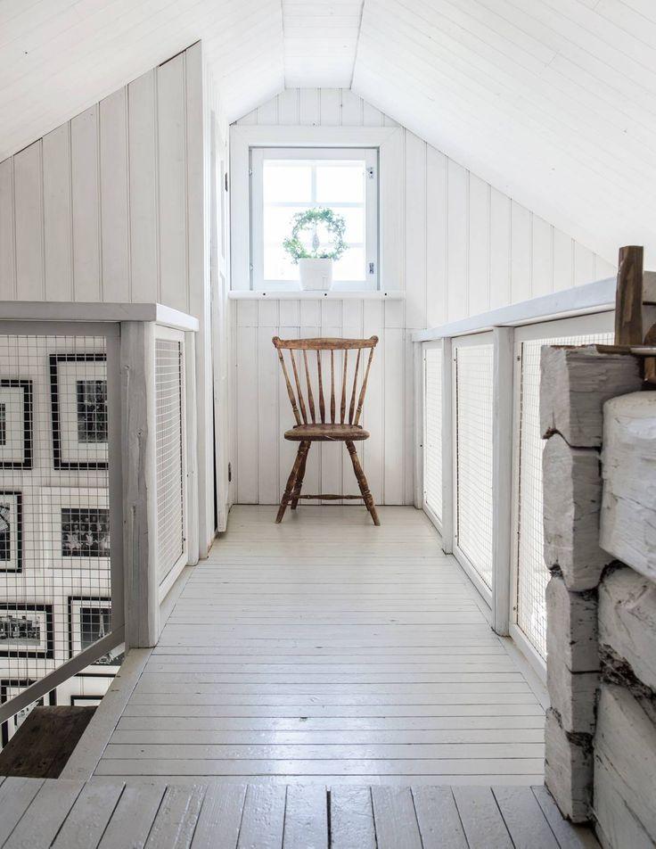 Vanhoista hirsistä rakennetuissa kaiteissa on teräsverkko, joka päästää valon läpi mutta on turvallinen. Rapuissa on galleria perheenjäsenistä.