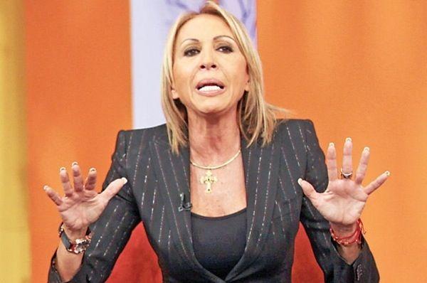 Presentan 150,000 firmas en Televisa para exigir salida de Laura Bozzo.