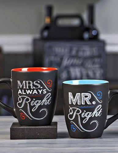 Questa coppia di bellissime mugs nere è uno dei regali più graditi, faranno sicuramente sorridere gli sposi oltre che dar colore alla loro cucina nuova. In stile chalkboard sono caratterizzate dalle scritte MR. ALWAYS RIGHT e MRS. ALWAYS RIGHT (signor so-tutto-io e signora so-tutto-io) e dai colori azzurro e rosso all'interno della tazza.
