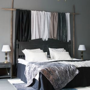 Golv, väggar, dörr, lister, foder, sänggavel, sängbord, skrivbord, stolar, sägkappa, matta, lampor.... allt har fått en stor dos kärlek!