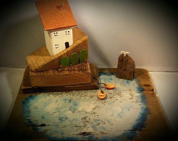 Yo he creado esta pequeña casa con madera de deriva, reclamado técnicas pintura madera y shabby chic. Yo lo llamo casa del puerto principal. ¡Más parece el puerto y el muelle con dos barquitos flotando! La pesca del día puede ser almacenada en las tiendas de peces verdes debajo de la
